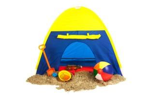 Strandmuschel mit Spielzeug